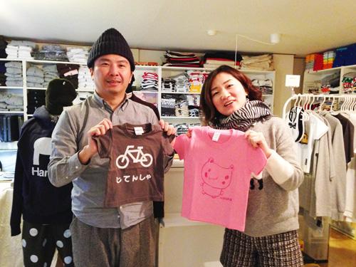 菊竹さんと完成したTシャツと共に記念写真